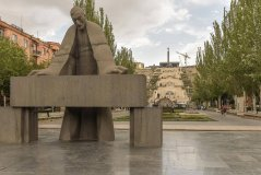 Statue_of_Alexander_Tamanyan.jpg